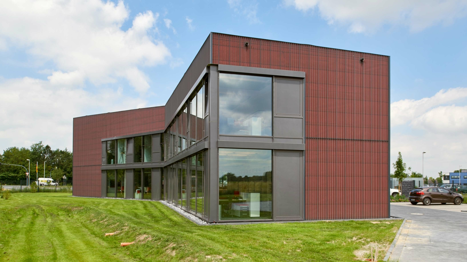 DELTA®-FASSADE COLOR onder open metalen gevel