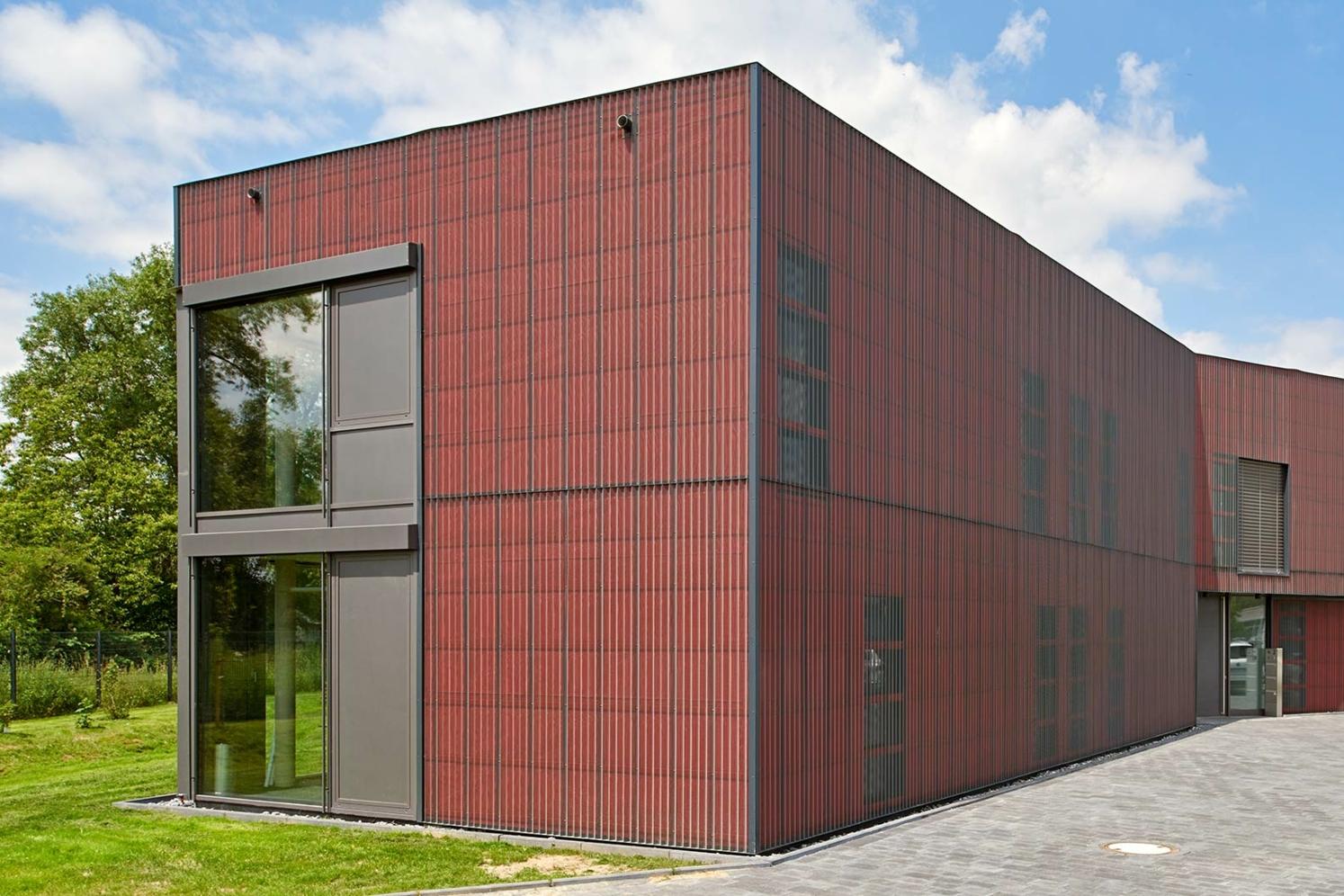 DELTA®-FASSADE COLOR rood op een kantoorgebouw in Hamm, Duitsland