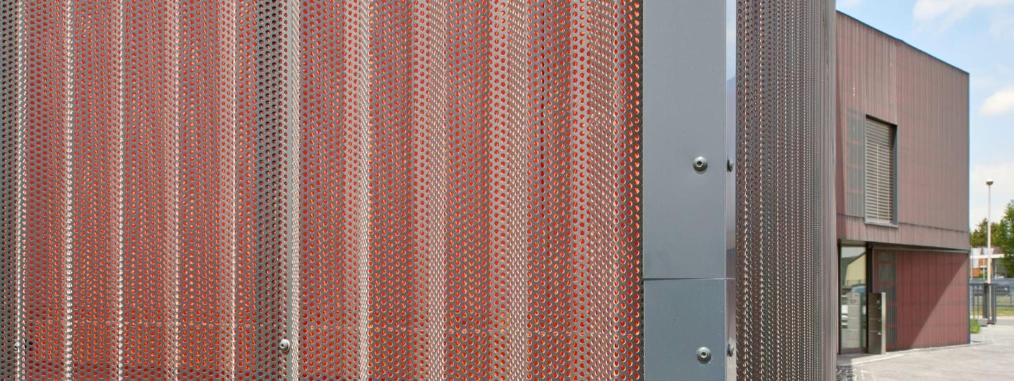 DELTA®-FASSADE COLOR in rot an einem Bürogebäude in Hamm
